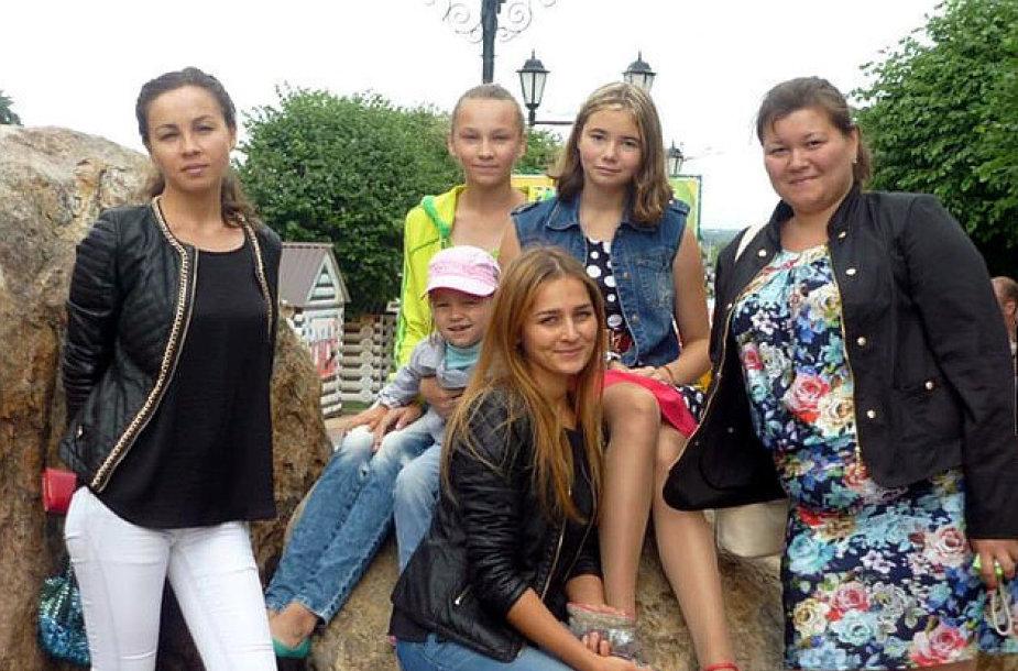 Rusijos samdiniai savo šeimas aprengė numušto lėktuvo aukų drabužiais.