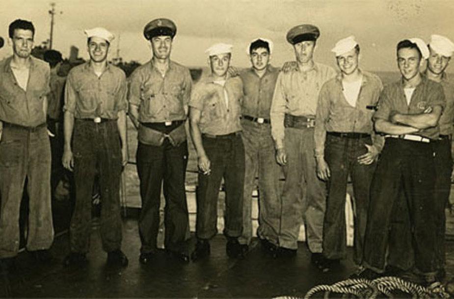 9 JAV jūreiviai,užėmę U 505 laivą. Z.Lukošius – 4-as iš dešinės