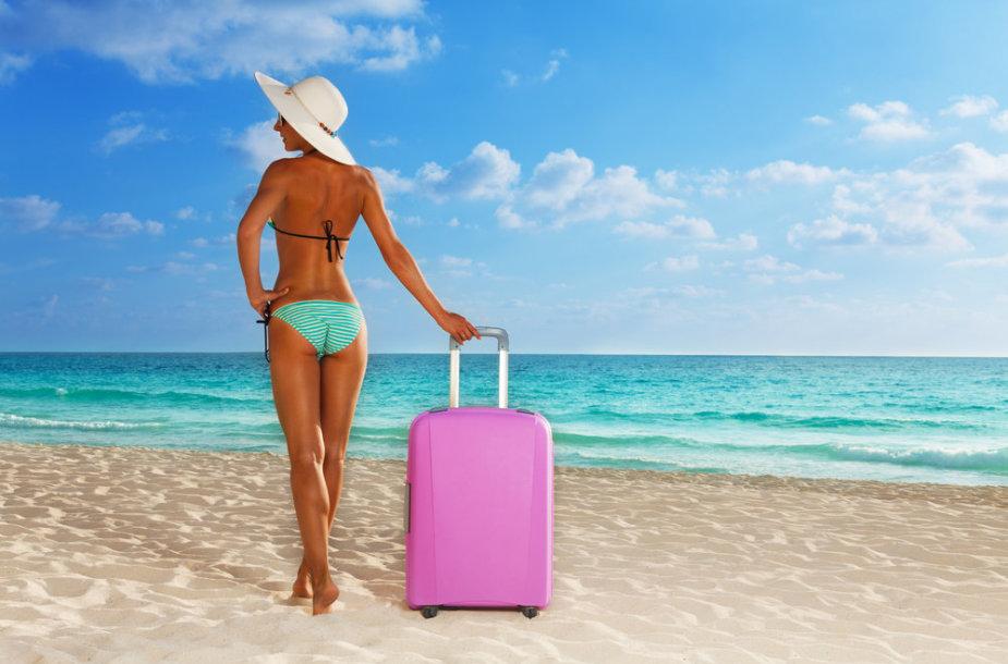 Mergina su lagaminu