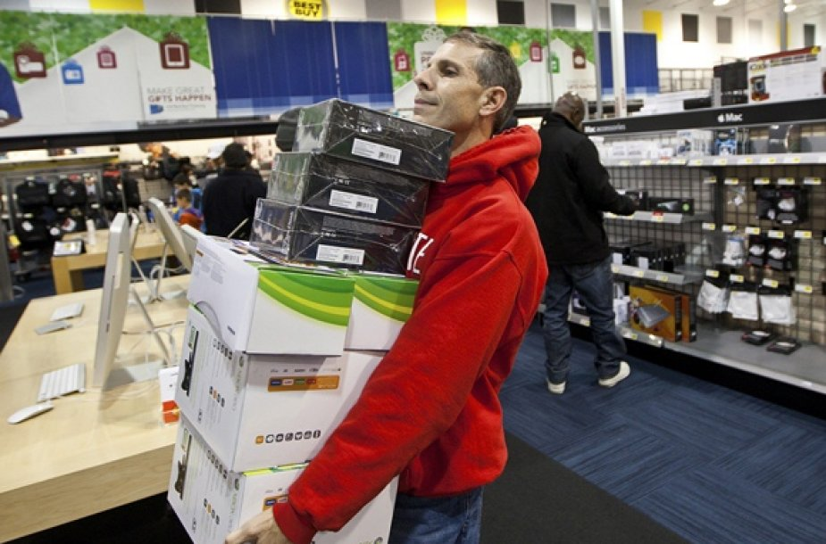 Vyras neša išsirinktas elektronikos prekes