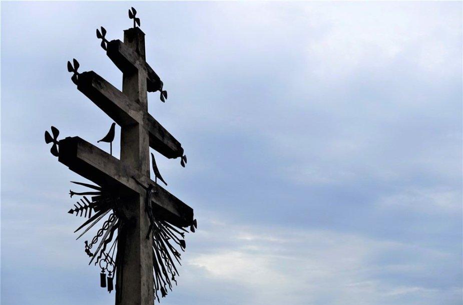 """7 metrų aukščio trijų kryžmų kryžius – """"Popiežiui, Lietuvai, Vytautui"""" Užventyje"""