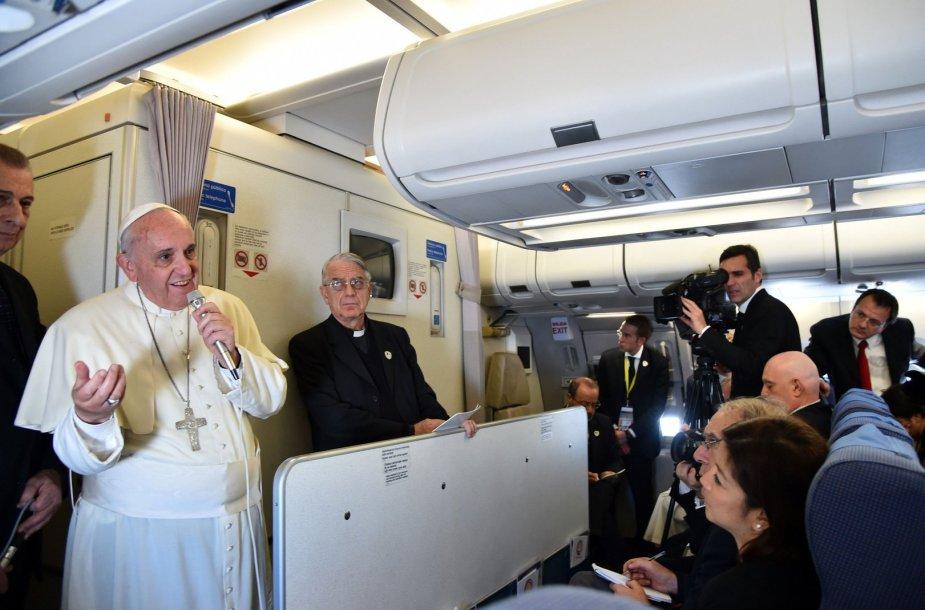 Popiežius Pranciškus lėktuve