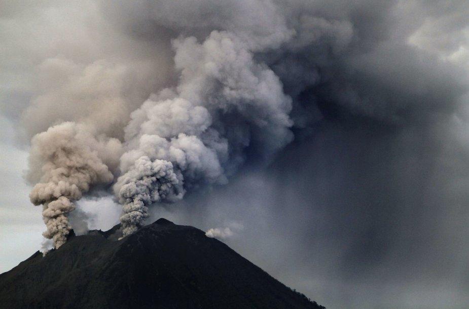 Indonezijoje išsiveržė Sinabungo ugnikalnis 2014 m. sausio 04 d.