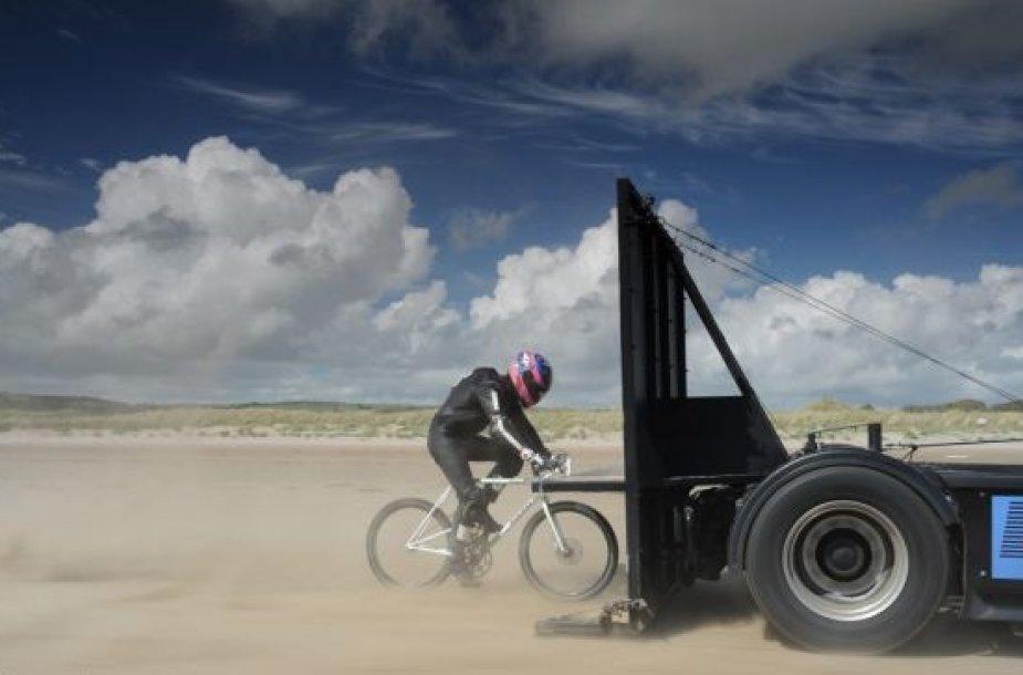 Guy'us Martinas važiuoja dviračiu 181 km/val. greičiu
