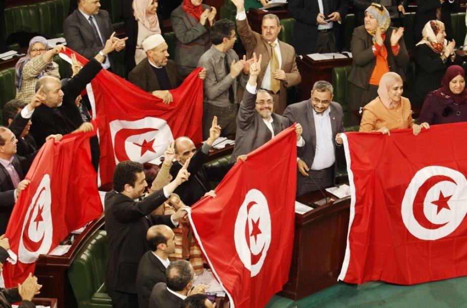 Tunisas priėmė naują konstituciją, įtvirtinančią tikėjimo laisvę ir moterų teises