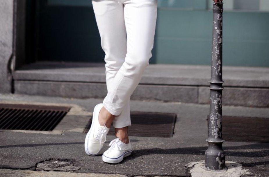 Mados savaitės svečias, avintis baltus sportinius batus