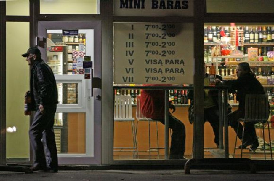 Smulkieji verslininkai neslėpė į vidų neįsileidžiantys neblaivių ar agresyviai nusiteikusių klientų. Barų savininkai tvirtino, jog lygiai taip pat elgiasi tiek naktiniai klubai, tiek ir restoranai.