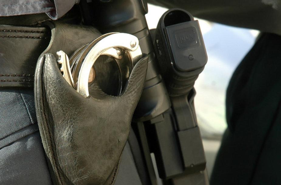 Policininko antrankiai ir pistoletas