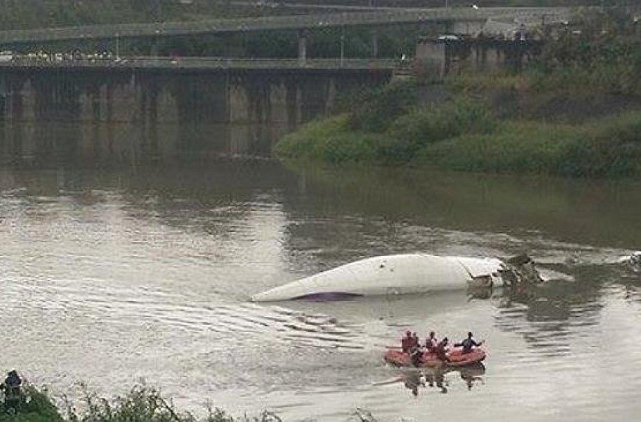 """""""TransAsia Airways"""" lėktuvas priverstinai nutūpė į upę Taipėjuje."""
