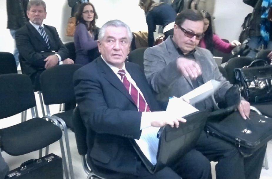 Tarp kaltinamųjų šioje byloje yra ir mokslų daktaras, buvęs Lietuvos ambasadorius Kazachstane ir Lietuvos taupomojo banko vadovas R.Visokavičius (viduryje).