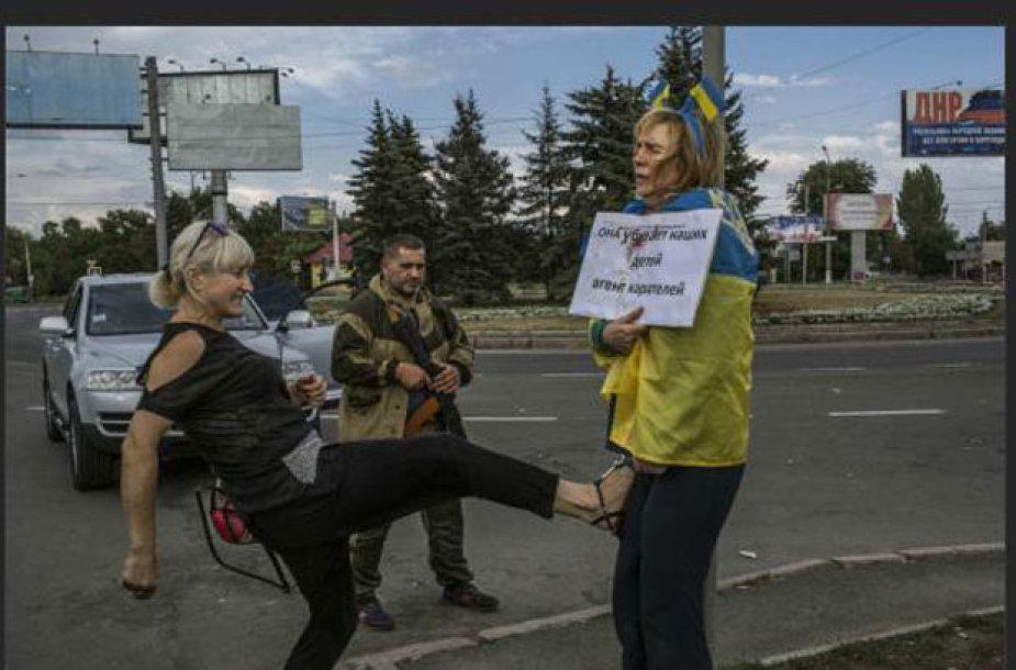 Donecke moteris buvo pririšta prie stulpo ir mušama