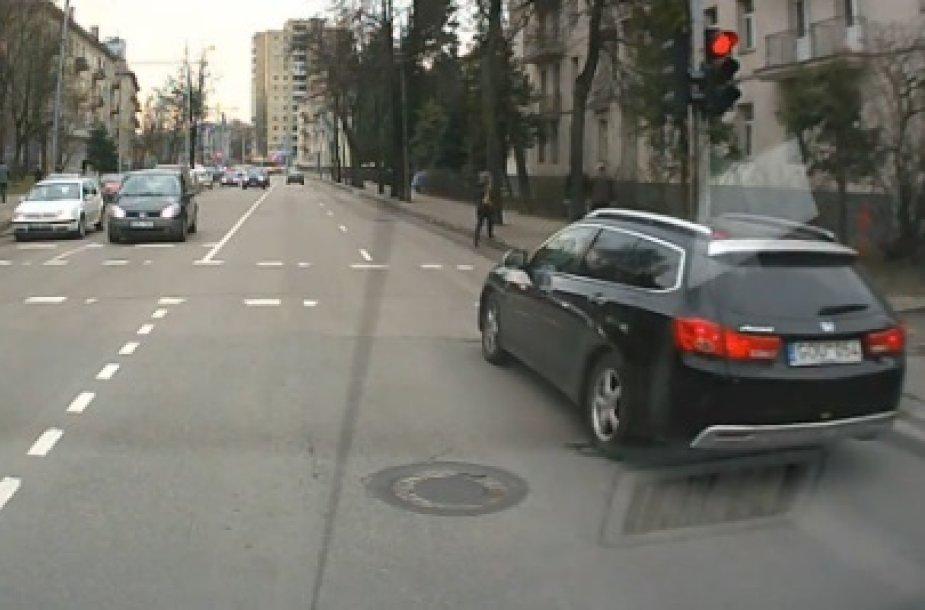 """""""Honda Accord"""" mina per raudoną šviesą"""