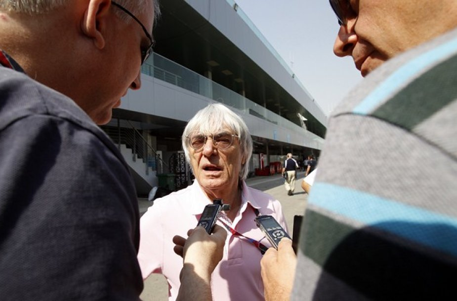 Bernie Ecclestone'as (centre)