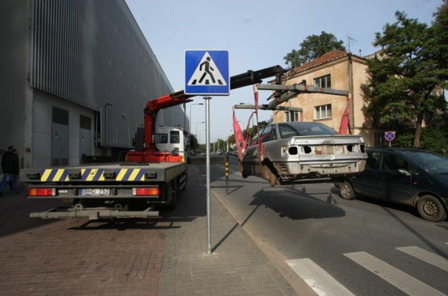 Šalia savivaldybės pademonstruota, kaip išvežamas nenaudojamas automobilis