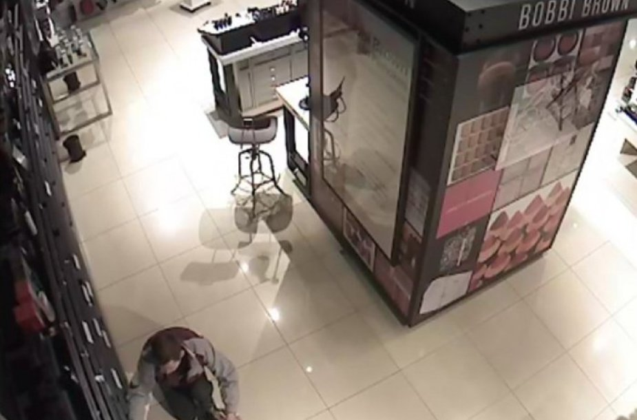 Vaizdo kamera užfiksavo vagystę parfumerijos parduotuvėje