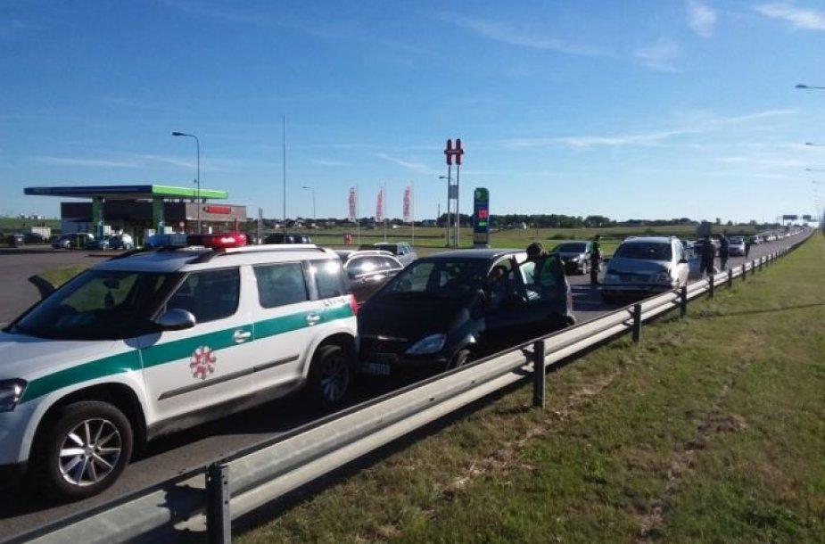 Klaipėdos policijos pareigūnai sekmadienį, surengę reidą prie Jakų žiedo, išaiškino net pusšimtį greičio viršytojų.