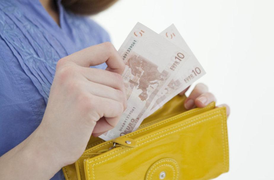 Moteris su pinigine rankose