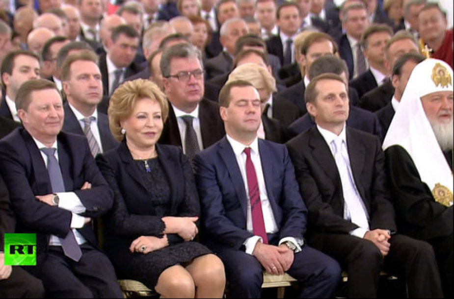 Dmitrijus Medvedevas užsnūdo V.Putino kalbos metu?