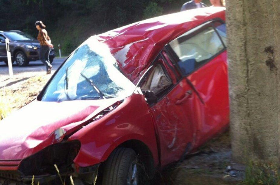 Eismo įvykyje apgadintas automobilis