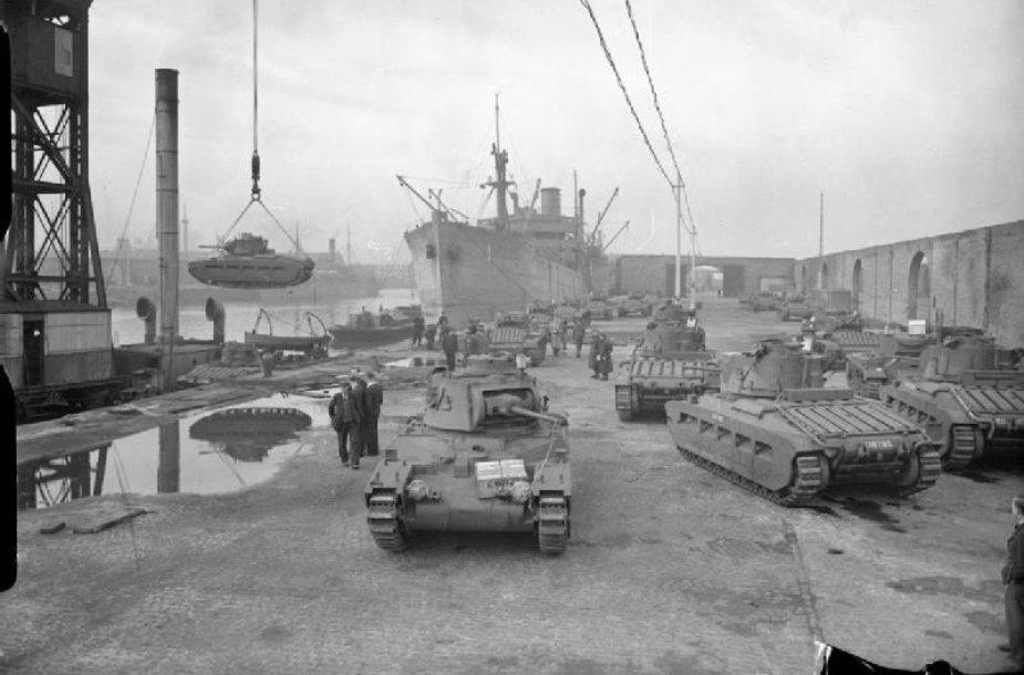 """Liverpulio dokuose išsiuntimui į Sovietų Sąjungą kraunami britų tankai """"Matilda"""". (1941 m. spalio 17 d.)"""
