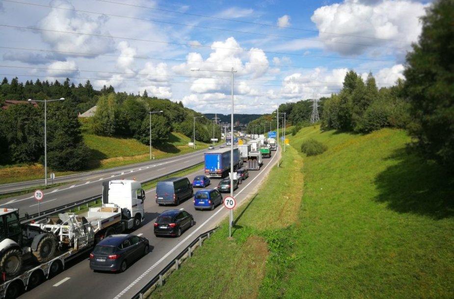 Kaune dėl remontuojamo tilto nusidriekia automobilių spūstys