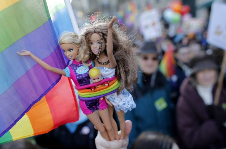 Paryžiaus gatvėmis žygiavo homoseksualų santuokų rėmėjai