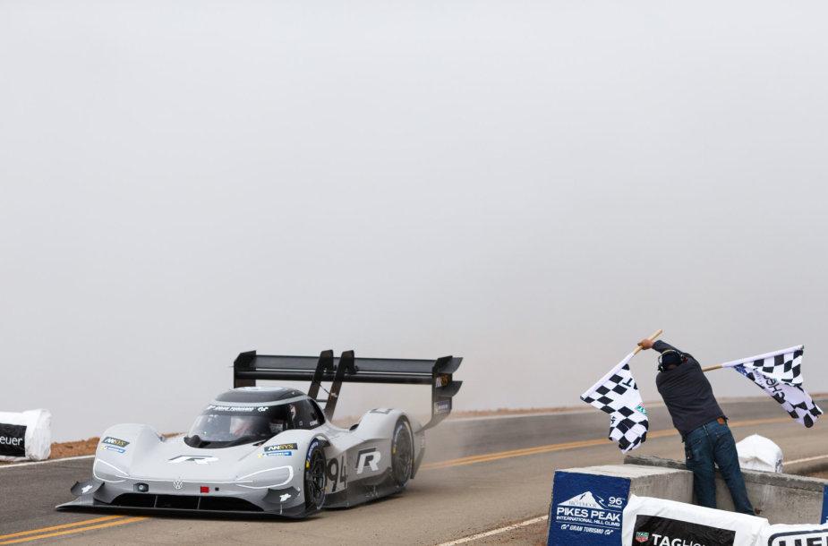 """Pirmasis """"Volkswagen"""" lenktyninis elektromobilis"""