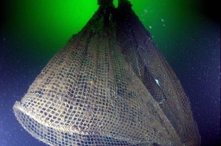 Po vandeniu panirę žvejybiniai tinklai.