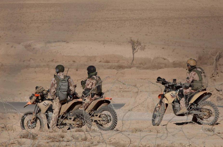 """SOP eskadronų """"Aitvaras"""" kariai važiuoja motociklais KTM EXC-R 530"""
