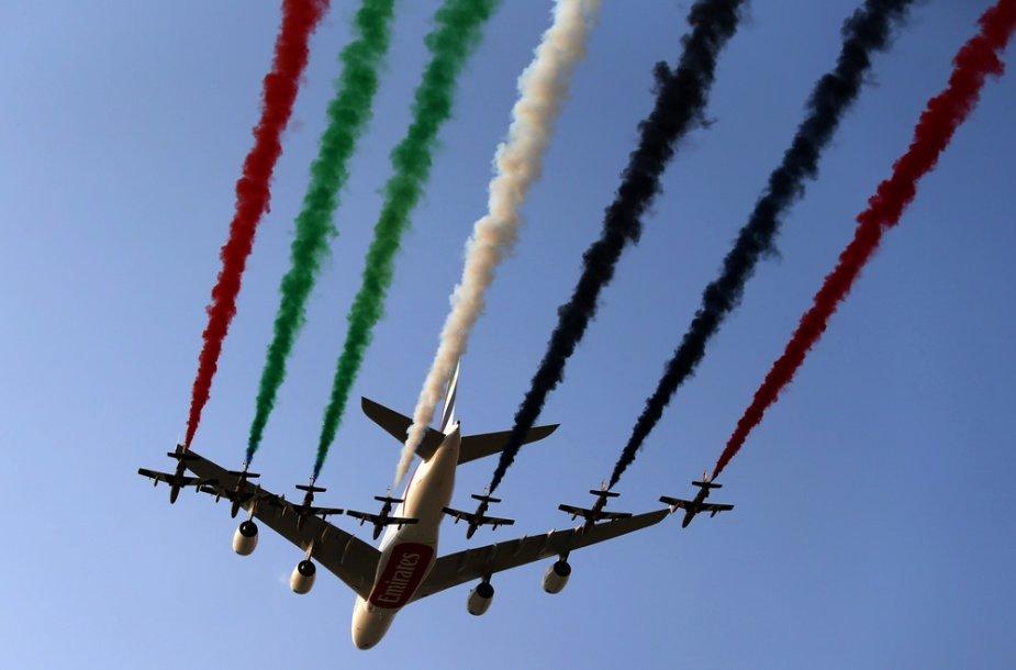 """JAE oro pajėgų akrobatų lydimas """"Airbus A380"""" lėktuvas"""