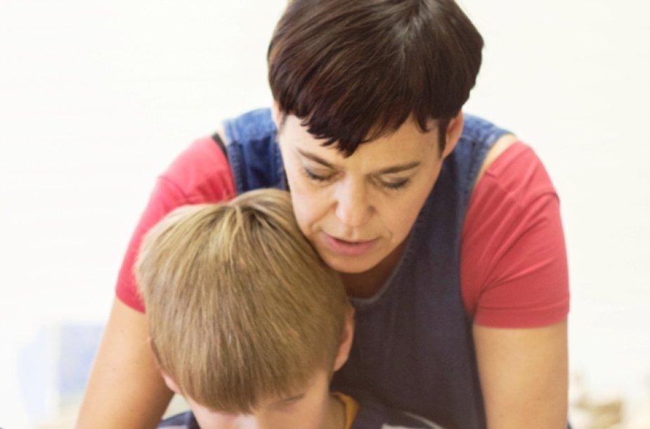 Nomeda Marčėnaitė moko vaikus lipdyti iš molio