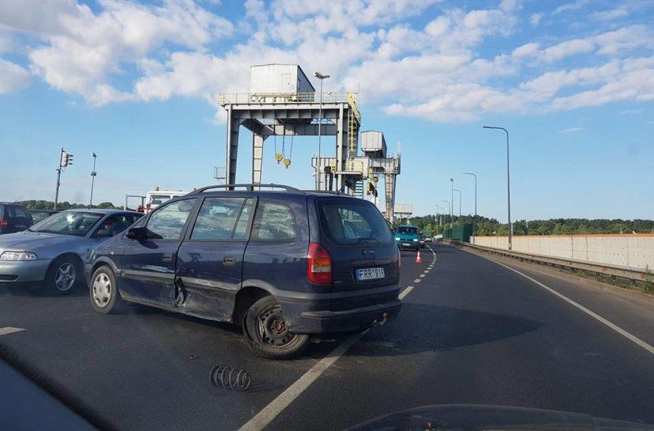 Kaune ant hidroelektrinės tilto susidūrė trys automobiliai