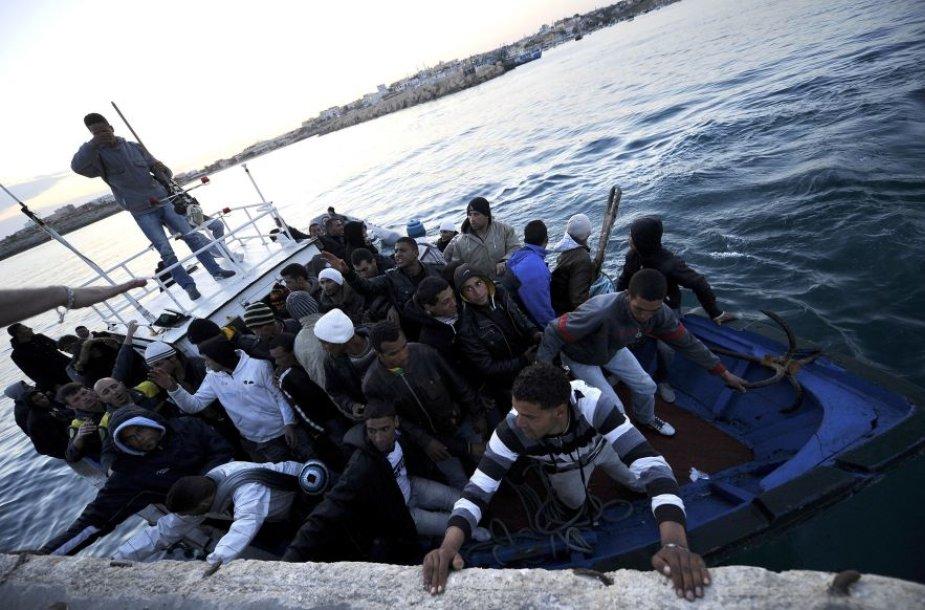 Į Italijai priklausančią salą plūsta tūkstančiai emigrantų.
