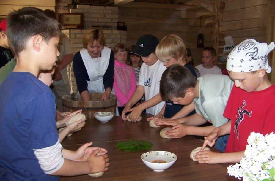 Vykstant edukacinėms programoms, moksleiviai gali patys išsikepti duonos.
