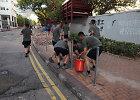 """Iš kareivinių išėję kinų kariai """"savo iniciatyva"""" padėjo valyti Honkongo gatves"""
