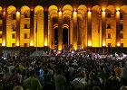 Tbilisyje prie parlamento – tūkstančiai protestuotojų: policija pasitelkė gumines kulkas
