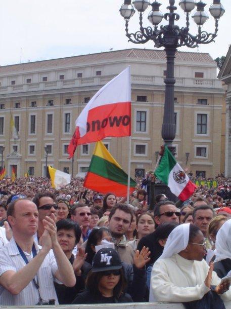 Lietuviai Vatikane per Velykas su trispalve