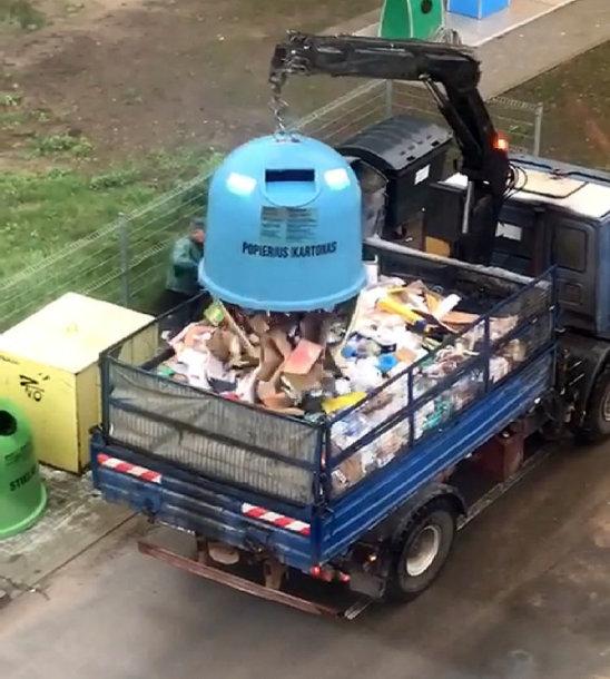 """""""Dunokų"""" darbininkai žmonių surūšiuotas atliekas verčia į vieną mašiną"""
