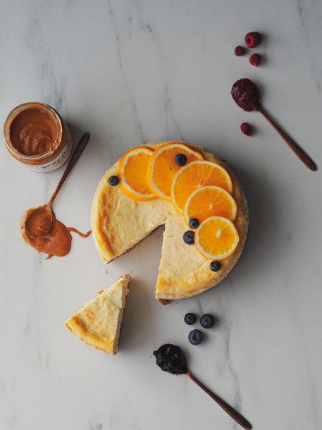 Sūrio pyragas, paskanintas džemu ir riešutų sviestu