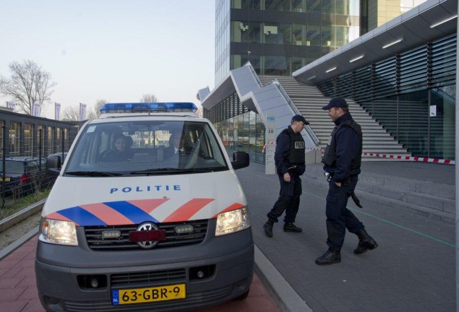 Ties švietimo įstaigomis budi nyderlandų policija.