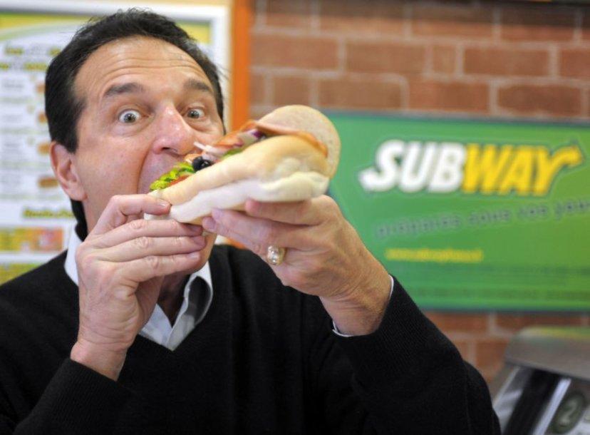 """Vienam """"Subway"""" tinklo sumanytojų, milijardieriui Fredui DeLuca, dėl skundų gali tekti patuštinti kišenę."""