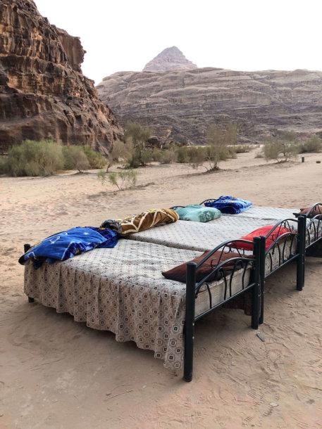 Tūkstančio žvaigždučių viešbučio apartamentai po atviru dangumi dykumoje.