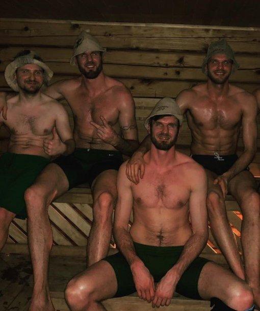 Kadras iš pirties: fizioterapeutas Ramūnas Širvinskas, Kšištofas Lavrinočius (antras iš kairės), Gintaras Leonavičius ir Darjušas Lavrinočius (apačioje)
