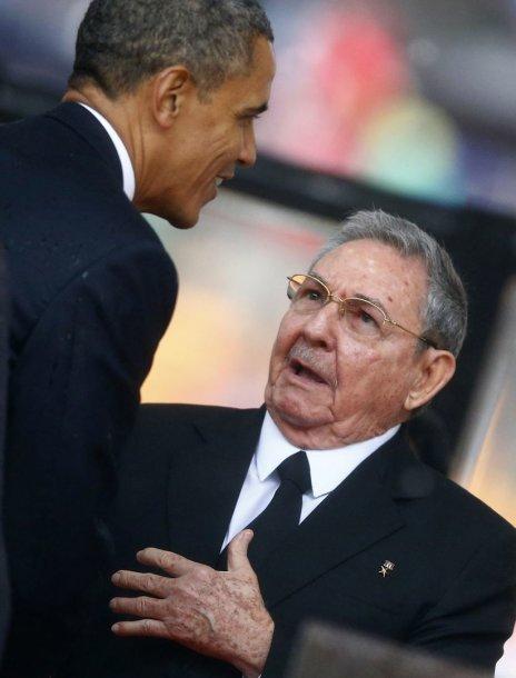 Barackas Obama per Nelsono Mandelos pagerbimą paspaudė ranką Kubos lyderiui Rauliui Castro