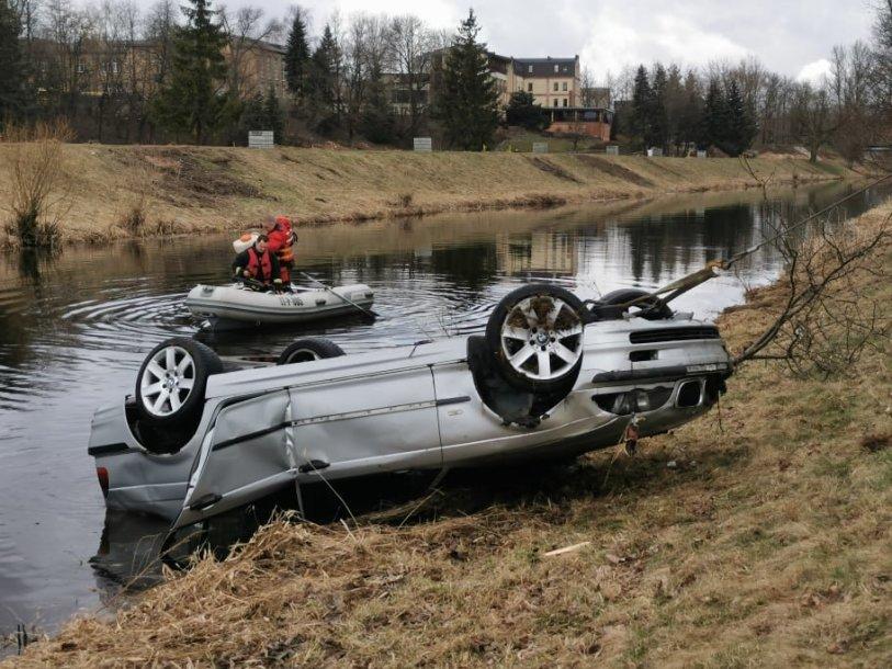 Iš upės ištrauktame automobilyje rastas žmogaus kūnas.