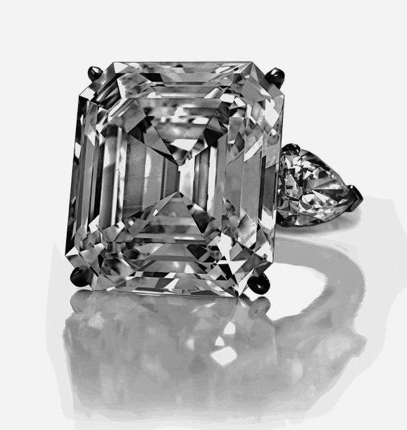 Už 32,01 karato deimantą nežinomas pirkėjas sumokėjo 7,7 mln. dolerių.