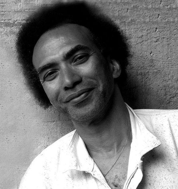 Iš Kubos kilęs menininkas nuo 1992 m. gyvena Paryžiuje. Lietuvoje jo darbai pristatomi pirmąkart.