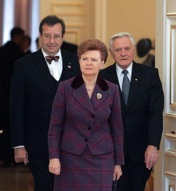(Iš kairės) Estijos Prezidentas Tomas Hendrikas Ilvesas, Latvijos Prezidentė Vaira Vykė-Freiberga  ir Lietuvos Prezidentas Valdas Adamkus atvyksta į Baltijos valstybių susitikimą Vilniuje.