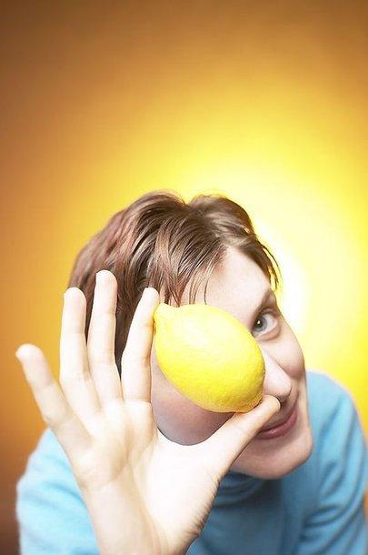 Moteris laiko citriną