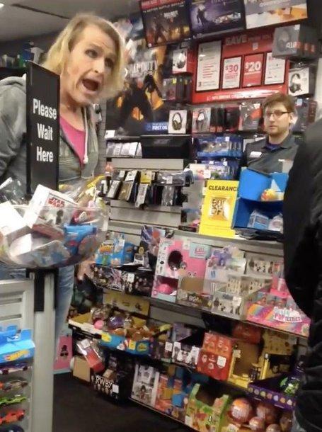 """JAV translytė moteris, pavadinta """"ponu"""" parduotuvėje sukėlė skandalą."""